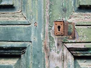 Postal: Puerta de madera con una vieja cerradura