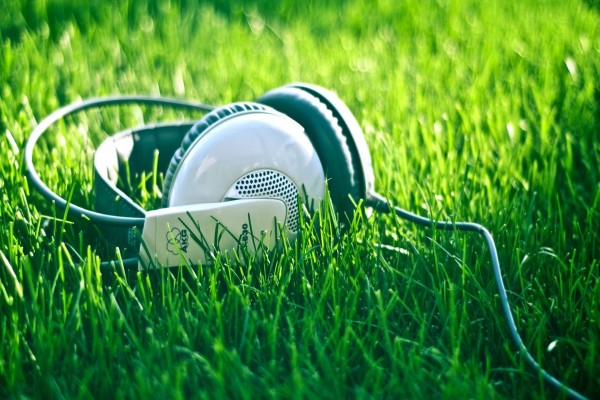 Auriculares en la hierba