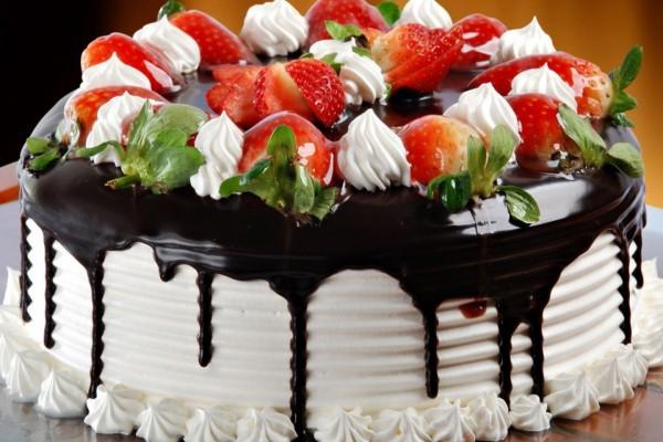 Tarta de nata decorada con fresas y chocolate