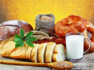 Panes, cereales y un vaso de leche