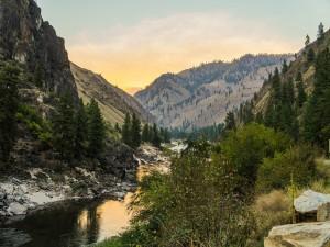 Río entre montañas