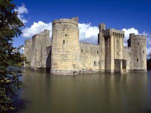 Castillo rodeado de agua