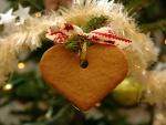 Galleta con forma de corazón en el árbol de Navidad