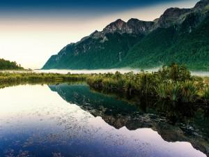 Postal: Montaña reflejada en el lago
