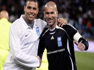 Zinedine Zidane y Ronaldo, en un partido benéfico