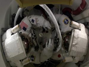 Astronautas en un espacio reducido