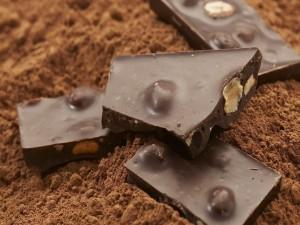 Chocolate con avellanas y cacao en polvo