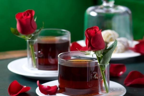 Originales tazas de té con una rosa roja
