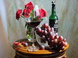 Postal: Vino, uvas y rosas