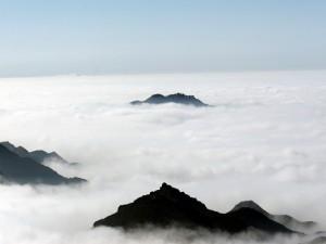 Las montañas sobresalen por el mar de nubes