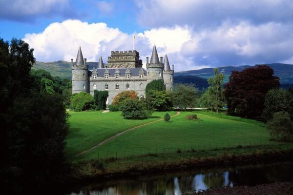 Castillo con zonas verdes y un río