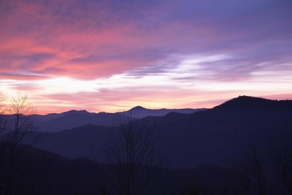 Cielo de tonos lila sobre las montañas