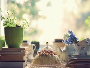 Postal: Bonita mesa con un pastel y tazas de té