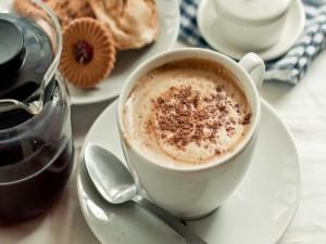 Café con cacao y galletas