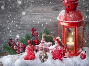 Postal: Lámpara roja con velas y adornos de Navidad