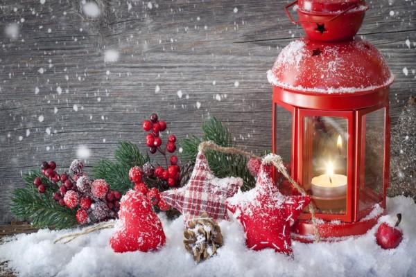 Lámpara roja con velas y adornos de Navidad