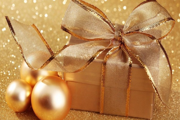 Esferas y regalos dorados