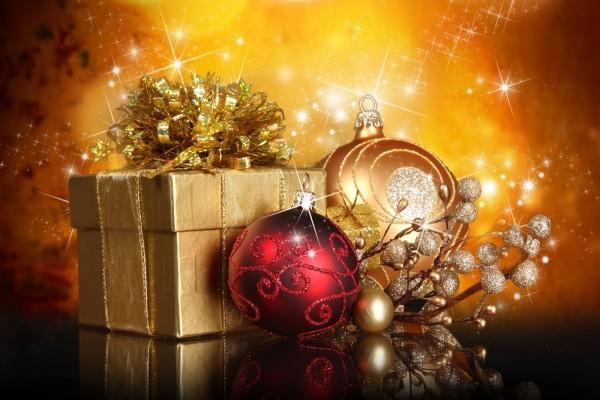 Regalo y esferas para Navidad