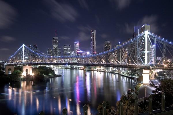 Puente iluminado al anochecer