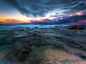 Agua, rocas y cielo