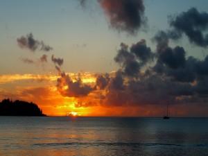 Postal: Un barco en el mar al anochecer