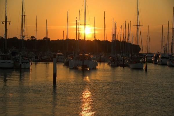 Barcos en el puerto deportivo al atardecer