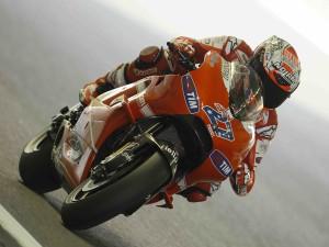 Postal: Ducati 27, pilotada por el australiano Casey Stoner (MotoGP)