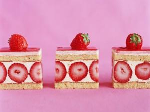 Bizcochitos cuadrados con nata y fresas