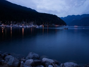 Barcos en el lago al anochecer