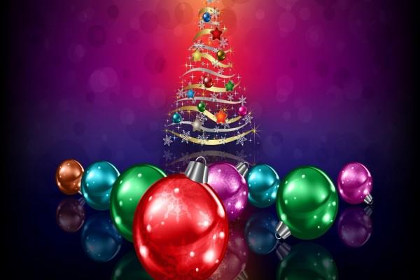 Árbol navideño y bolas de colores