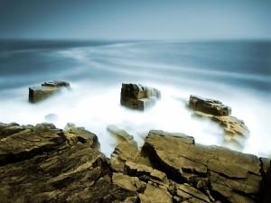 Niebla entre grandes rocas