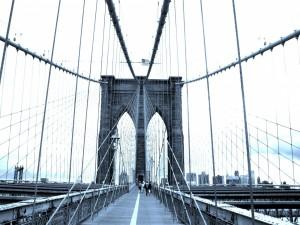 Personas caminando en el puente de Brooklyn