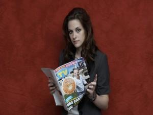 Kristen Stewart con una revista