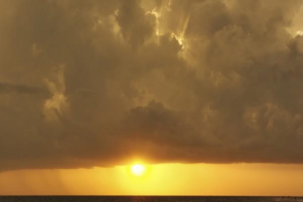 El sol asomando bajo las nubes