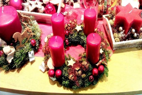 Adorno para Navidad con velas rojas