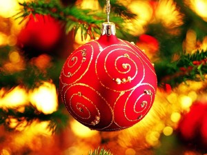 Postal: Bola roja colgada en el árbol de Navidad