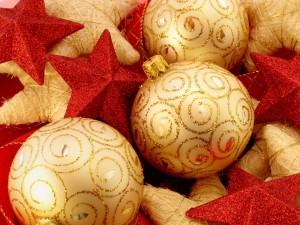 Postal: Bolas doradas y estrellas rojas para Navidad