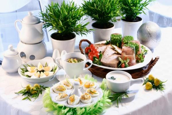 Mesa con huevos cocidos y otros alimentos