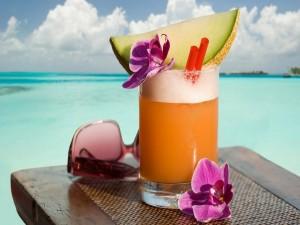 Cóctel de frutas en una playa
