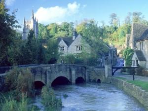 El río Bybrook, en el pequeño pueblo de Castle Combe (Inglaterra)