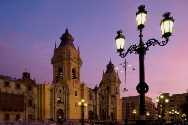 Plaza Mayor de Lima al anochecer