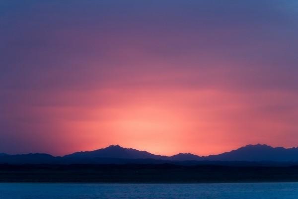 Cielo rosado tras las montañas