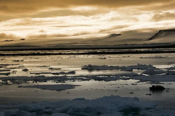 Gente en una lancha neumática en el agua helada