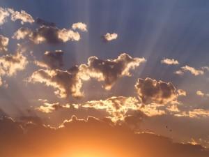 Los rayos del sol a través de las nubes