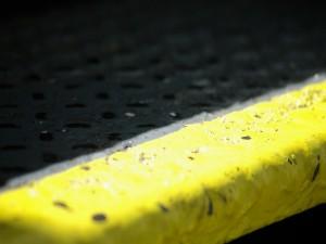Escalera en el suelo urbano pintada de amarillo