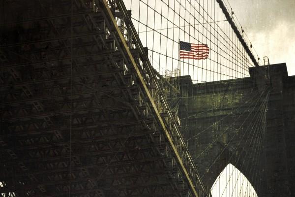 Bandera de Estados Unidos en el puente Brooklyn