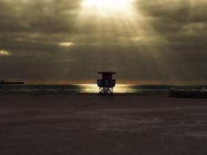 Postal: Rayos de sol entre las nubes iluminando el mar