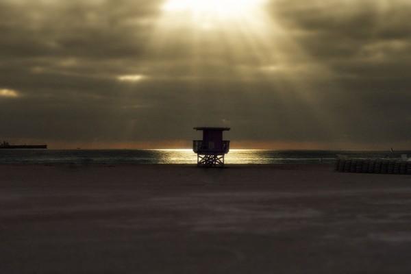 Rayos de sol entre las nubes iluminando el mar
