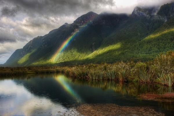 Pequeño arcoíris en la montaña y en el agua