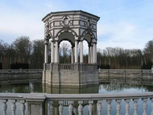 """Pabellón heptagonal del parque barroco del """"Seven Stars"""", en Enghien (Bélgica)"""